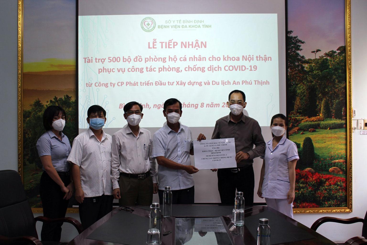 Công ty An Phú Thịnh hỗ trợ khoa Nội thận, Bệnh viện đa khoa tỉnh Bình Định 500 bộ đồ phòng hộ cá nhân phòng, chống dịch Covid-19
