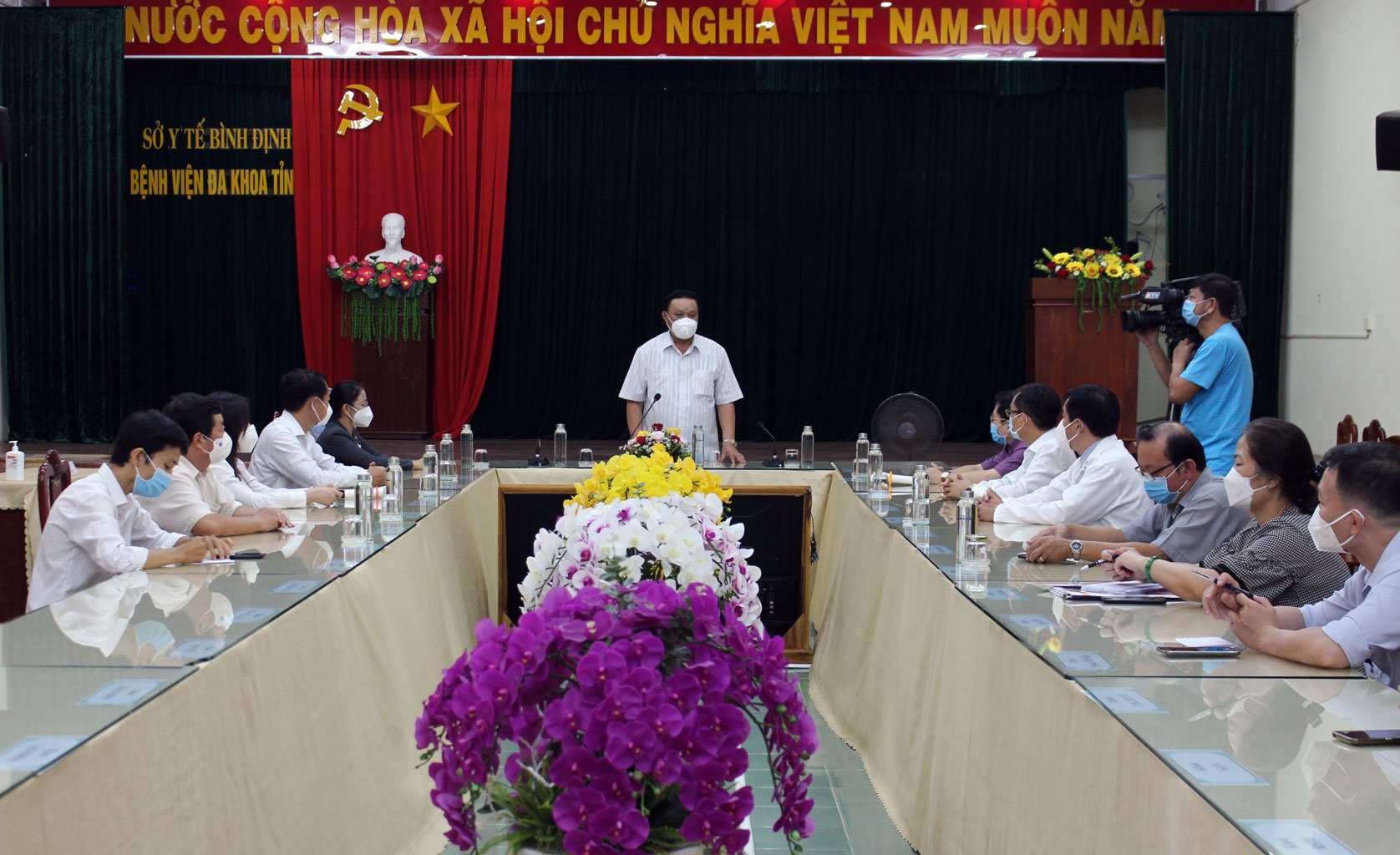 Đồng chí Lê Kim Toàn kiểm tra công tác phòng chống dịch tại Bệnh viện đa khoa tỉnh Bình Định