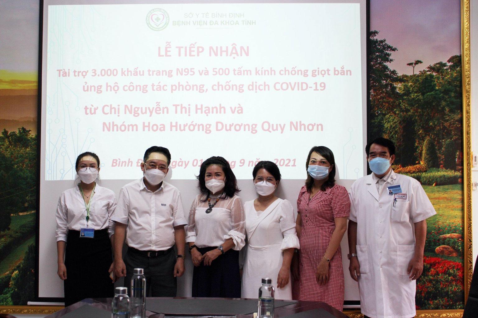 Nhóm thiện nguyện Hoa Hướng Dương trao tặng phương tiện phòng hộ phòng, chống dịch Covid-19
