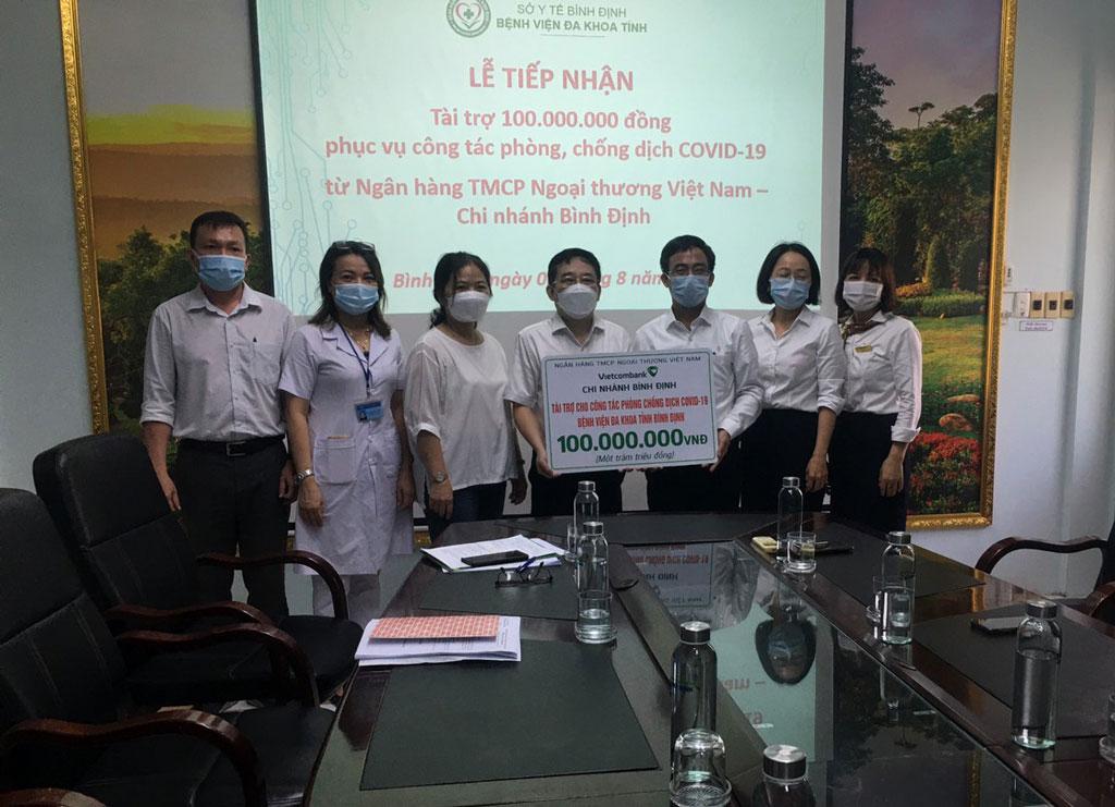 Vietcombank Bình Định tài trợ 100 triệu đồng chung tay phòng, chống dịch COVID-19