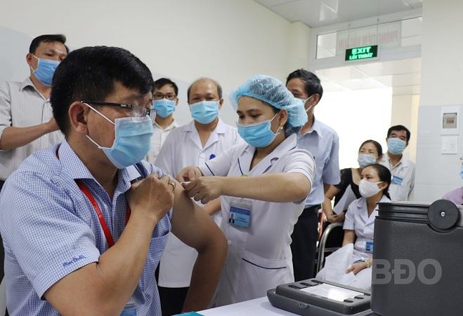 100 trường hợp đầu tiên được tiêm vắc xin phòng Covid-19