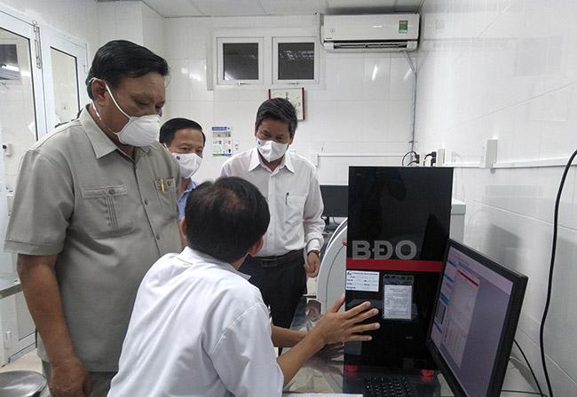 Thăm, động viên và kiểm tra công tác phòng, chống dịch tại Khoa Vi sinh, BVĐK tỉnh