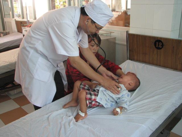 Cách chăm sóc trẻ bị sốt phát ban tại nhà