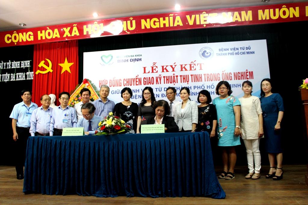 Lễ ký kết Hợp đồng chuyển giao kỹ thuật thụ tinh trong ống nghiệm tại BVĐK tỉnh Bình Định