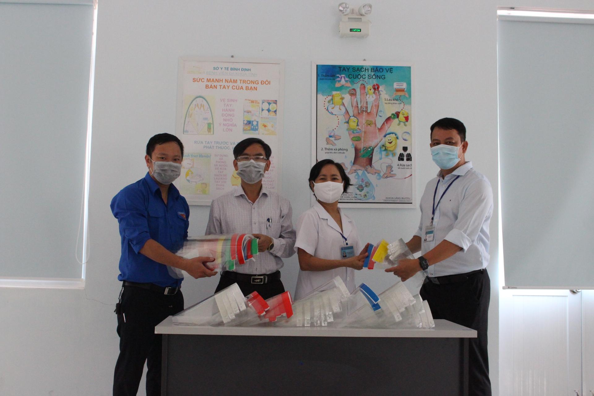 BS Võ Bảo Dũng – Phó Giám đốc bệnh viện tiếp nhận 1000 mặt nạ chống dịch Covid 19 và tặng hoa chúc mừng Đoàn thanh niên, Phòng Công tác xã hội