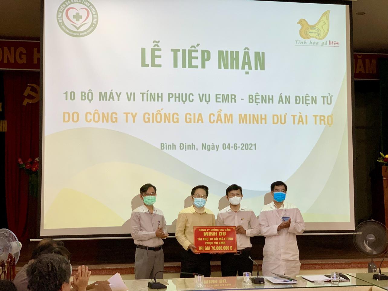 Lễ tiếp nhận tài trợ máy tính của Công ty TNHH giống gia cầm Minh Dư